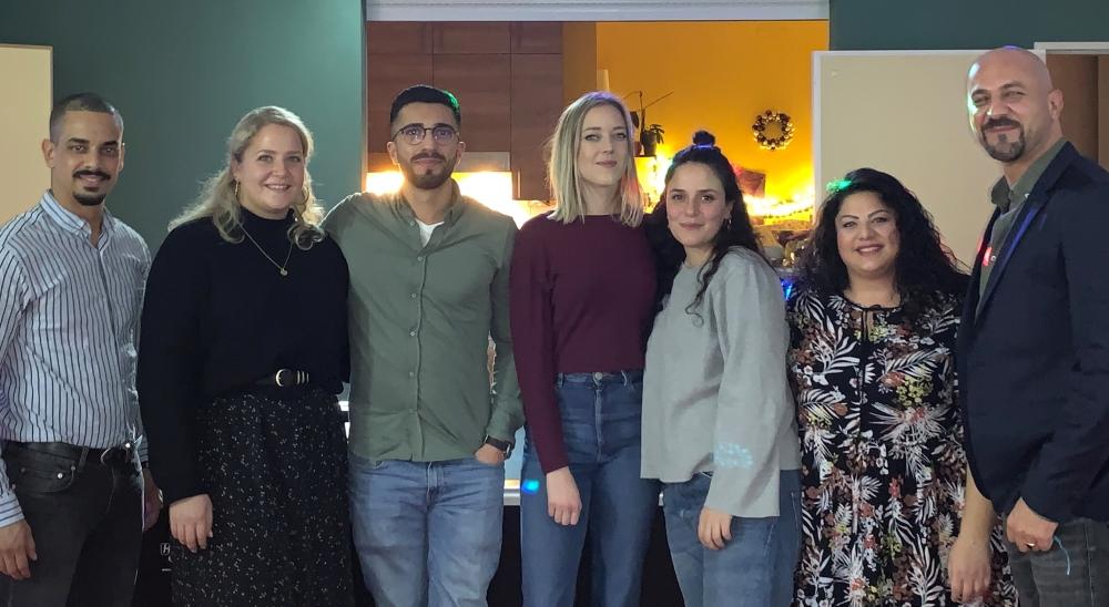 Das Team der JFL Neugraben mit den drei Hauptamtlichen und den Kräften, die sich dank der Förderung durch die Aktion Mensch für die Kinder und Jugendlichen mit Fluchthintergrund engagieren
